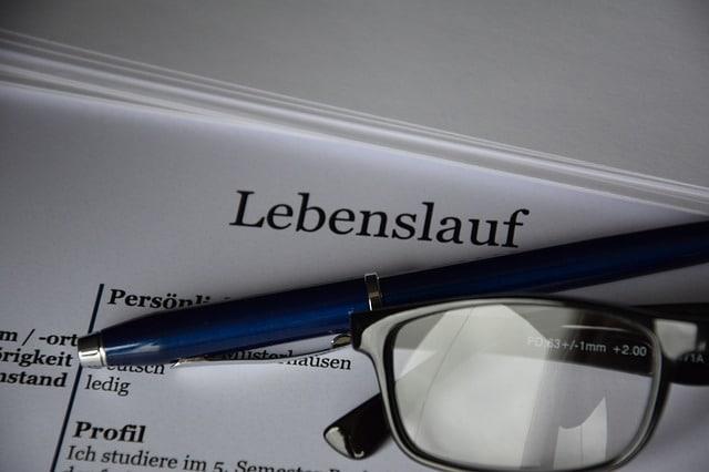 Symbolbild Lebenslauf, Kugelschreiber, Brille